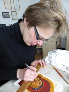 Natasja Gavrilova werkt aan een ikoon - Russische Ikonenatelier